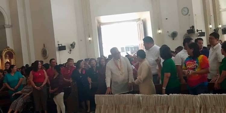 CEBU. Nag Sign of Peace ang magka kontra sa politika sa Mandaue nga si Mandaue City Mayor Luigi Quisumbing ug 6th District Rep. Jonas Cortes. (Fe Marie Dumaboc)