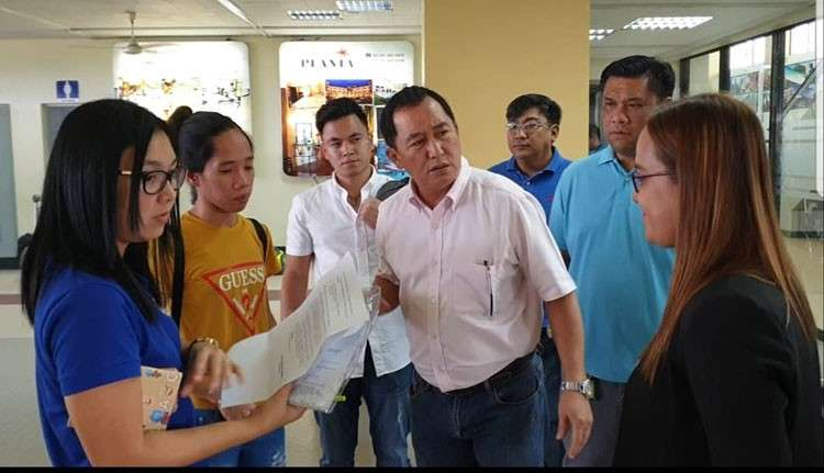 BACOLOD. Victorias City Mayor Francis Frederick Palanca meets Roselyn Tamayo Samante (2nd from left), who was maltreated by her employer in Makati City, when she arrived at the Bacolod-Silay Airport on Thursday, January 17, 2019. (Carla N. Cañet)