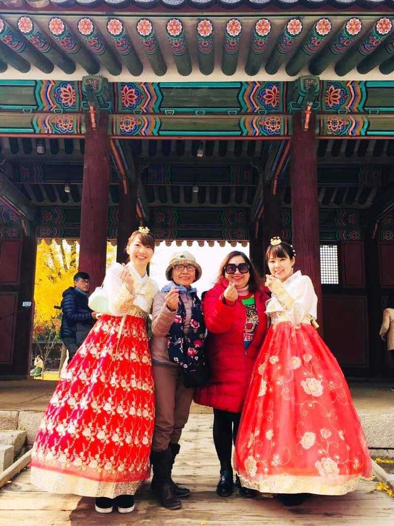 SOUTH KOREA. Two Korean ladies pose with the author and Gheni at the Gyeongbokgung Palace. (Debb Bautista)
