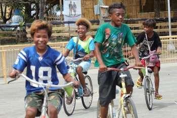 PASINGOT. Nalingaw sa pagpasingot pinaagi sa pag bisikleta kining upat ka mga batang lalaki sud sa Ramon Magsaysay Park, siyudad sa Davao, kagahapon. (Mark Perandos)