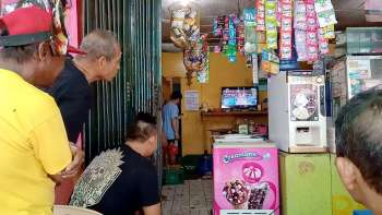 FANS FIND A WAY. Thanks to this store on Imus Road in Cebu City, revelers get to watch Sen. Manny Pacquiao's fight while taking a break from the Sinulog grand parade. (SunStar foto / Wenilyn Sabalo)