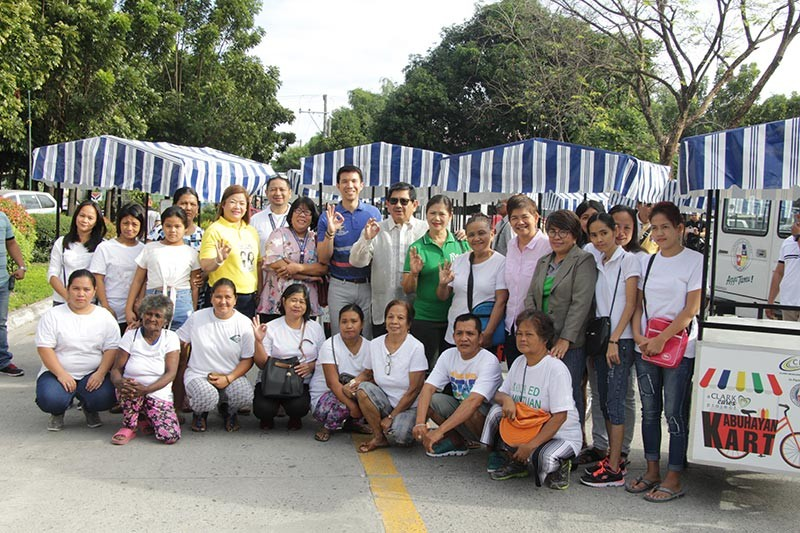 PAMPANGA. Angeles City Mayor Edgardo Pamintuan, Vice-Mayor Bryan Matthew Nepomuceno and officials from the Clark Development Corporation led the distribution of 20 Kabuhayan Carts to the indigent beneficiaries in Angeles City. Also in the photo are Social Welfare officer Joy Duaso, Tabun Barangay Captain Alma Mercado, and CLAC President Thelma Indiongco. (Contributed Photo)