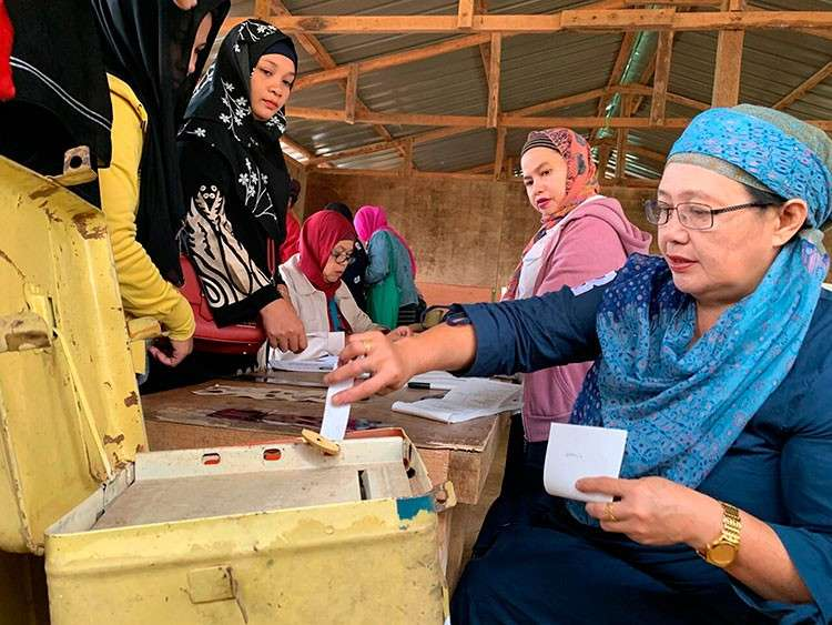 MARAWI. A Muslim woman casts her ballot in a referendum at the Marawi Sagonsongan elementary school-turned polling station in Marawi, Lanao del Sur, Monday, January 21, 2019. (AP)