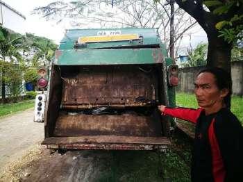 CEBU. Usa sa mga na-impound nga garbage compactor truck. (Allan Cuizon)