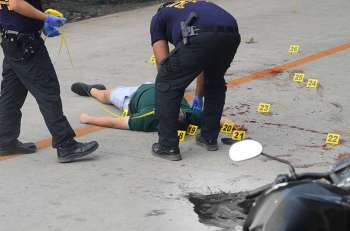 SHOOTOUT. The body of Vanzant Navales after a shootout with his former friend Michael Bacaltos. (SunStar File Photo/ Alan Tangcawan)
