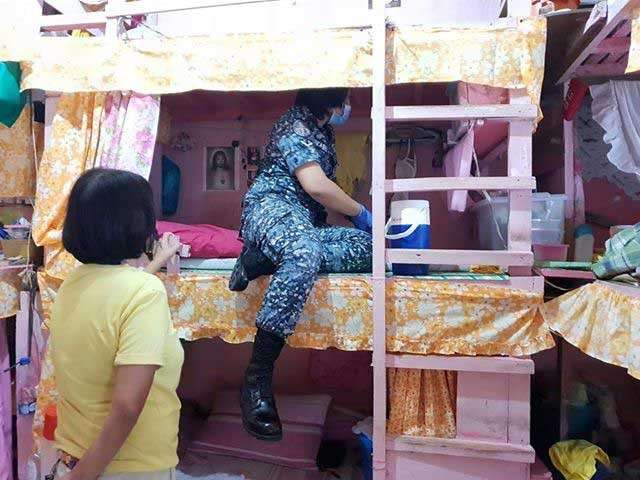 BACOLOD. A jail officer inspects one of the dormitories during the greyhound operation at the Metro Bacolod District Jail-female dormitory in Barangay Handumanan on Monday, January 21. (Contributed photo)