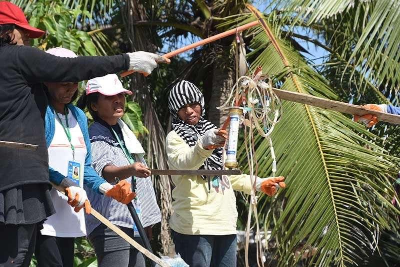 GIHIPOS: Mga kawani sa clean and green sa Dakbayan sa Mandaue mingbahig ug minghipos sa mga hugaw sa ospital nga nakaplagan sa Barangay Umapad sa wa pa kini gipanghipos. (Allan Cuizon)