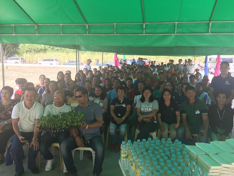 PAMPANGA. SM officials led by Foundation VP for Livelihood Cristy Angeles and SM City Pampanga assistant mall manager Kaye Chua and officials from the Mexico local government join beneficiaries of Kabalikat sa Kabuhayan program during its launching in Barangay Eden. (Photo by Princess Clea Arcellaz)