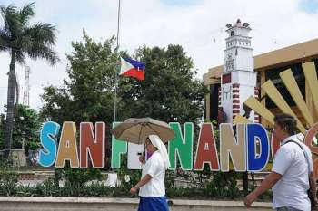 HALF STAFF. The Philippine flag at the San Fernando Municipal Hall has been raised at half staff for three weeks now to show mourning for the brutal deaths of four town officials. (Alex Badayos)