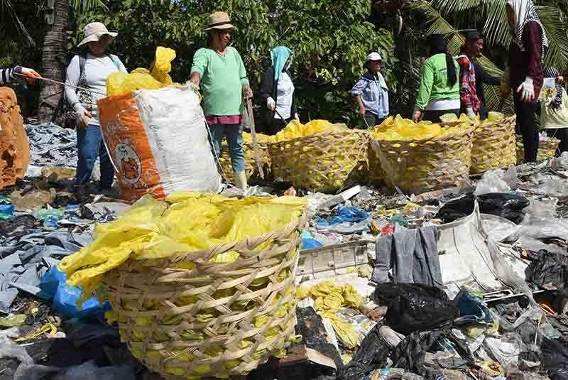 HOSPITAL WASTE NAGKATAG: Mao kini ang hospital waste  nga nagkatag duol sa Butuanon Bridge sa Sitio Tambis, Brgy. Umapad, dakbayan sa Mandaue nga gipanhipos na karon.  (Allan Cuizon)