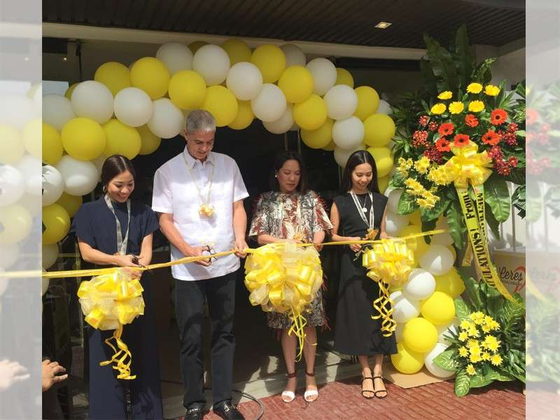 BACOLOD. Negros Occidental Vice Governor Eugenio Jose Lacson leads the ribbon cutting ceremony to officially open the Ceres Mart on Lacson Street, Bacolod City with Ceres Premium Food Production Inc. Chief Executive Officer Jerina Louise Yanson Ramos, her mother, and sister. (Merlinda Pedrosa)