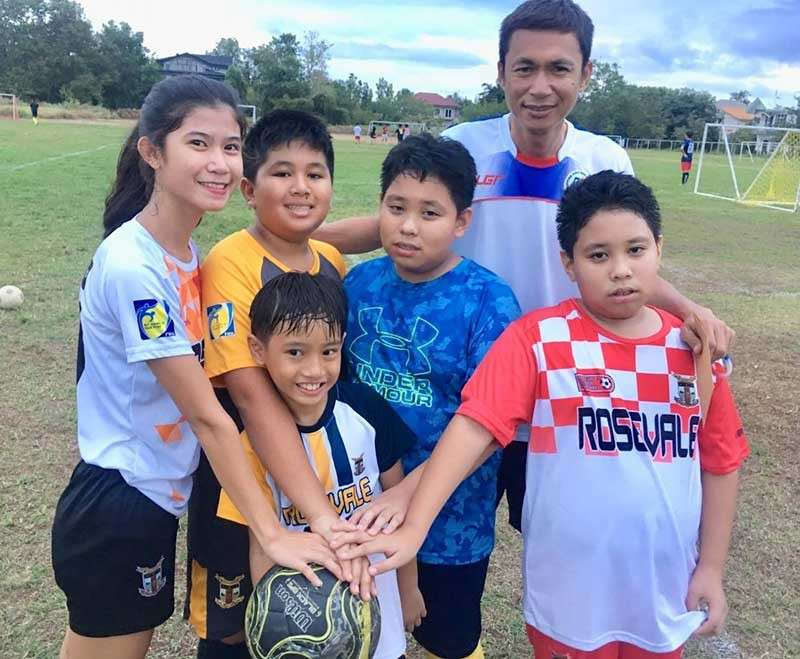 ORO. Young players of Rosevale School with sports coordinator Dennis Bongocan prepare for the tournament on Saturday, January 26. (Jack Biantan)