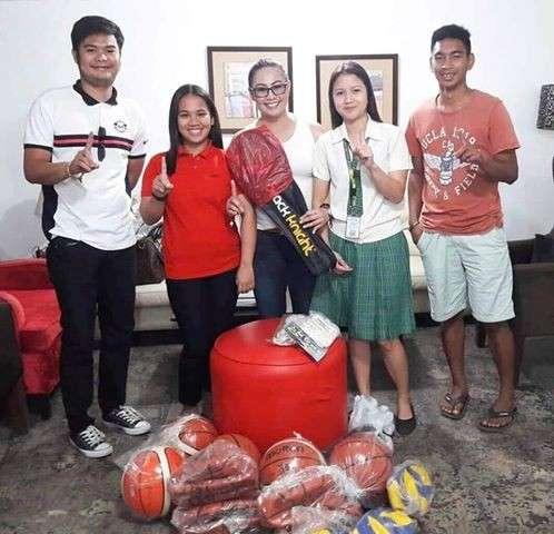 PAMPANGA. Magalang Mayor Malu Paras-Lacson, together with Sanggunian Kabataan officials, flash the