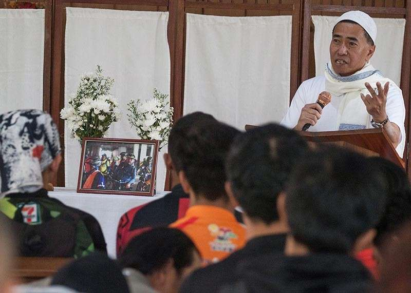 BAGUIO. A Muslim leader speaks to men and women of different religion as friends and family of slain Muslim Cleric Imam Bedijim Abdullah gather in an interfaith mass at the ICM Formation House of Prayer. (Photo by Jean Nicole Cortes)