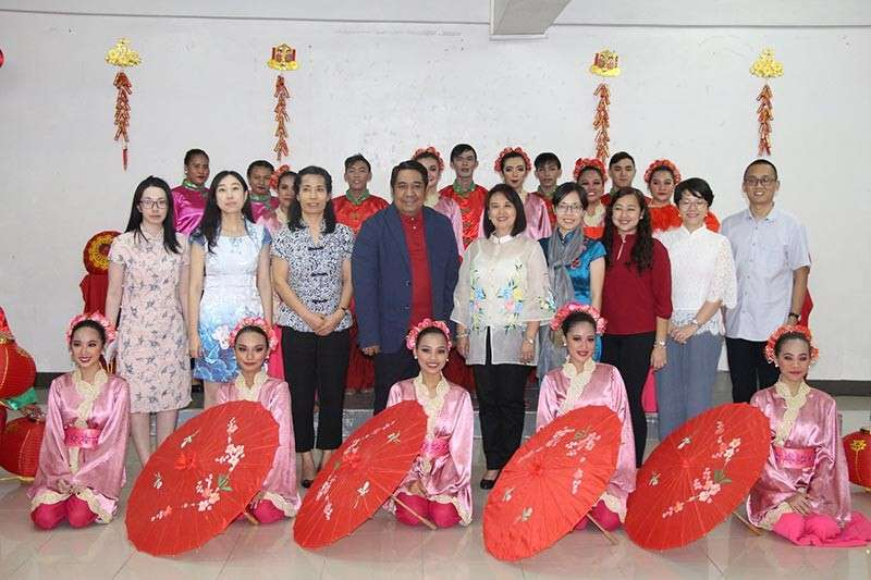 PAMPANGA. City College of Angeles (CCA) president Dr. Richard Daenos in posterity with UP-Confucius Institute director Dr. Lourdes Nepomuceno during the 2019 Chinese New Year festival held January 28 at the CCA campus. Also in the photo are Chinese guest lecturers and workshop facilitators, and members of the CCA Performing Arts. (AC-CIO)