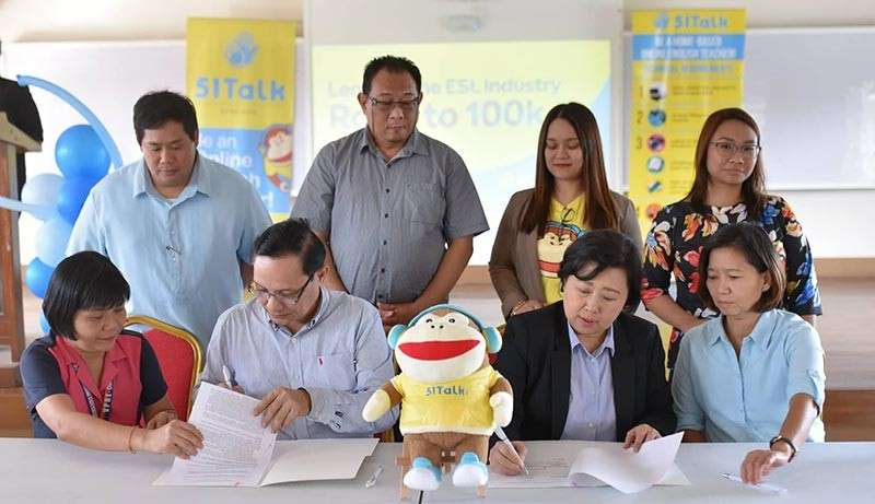 BACOLOD. Carlos Hilado Memorial State College president Renato Sorolla (seated, 2nd from left) and 51Talk country head Jennifer Que (seated, 2nd from right) sign the memorandum of agreement on January 28. (Contributed photo)