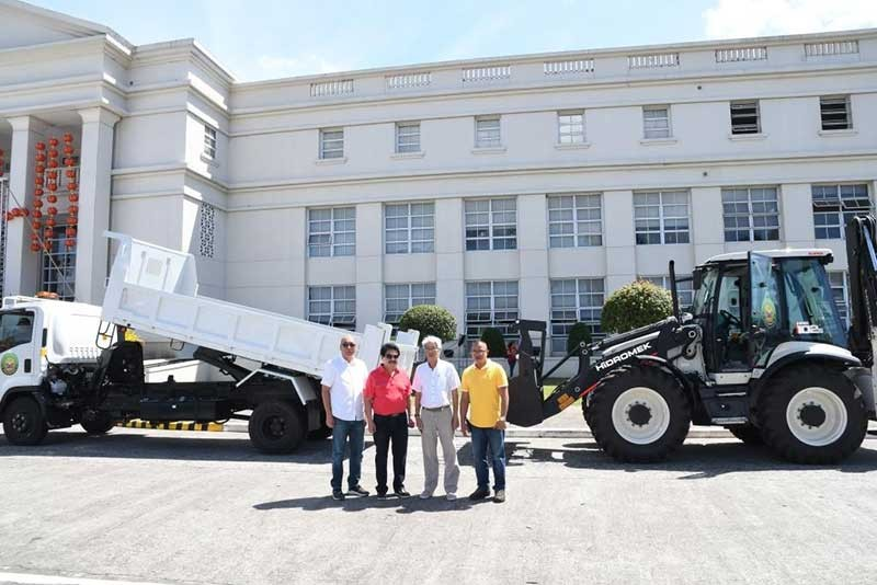BACOLOD. BACOLOD City Mayor Evelio Leonardia, assisted by Vice Mayor El Cid Familiaran, turns over the newly purchased P13-million backhoe loader and P5-million dump truck to the City Disaster Risk Reduction and Management Office (CDRRMO) represented by Executive Assistant Jose Maria Vargas, who heads the cluster on Disaster Risk Reduction and Management Office; and Dondon Parandas, officer-in-charge of CDRRMO, at the Government Center on Tuesday, January 29. (Bacolod PIO)