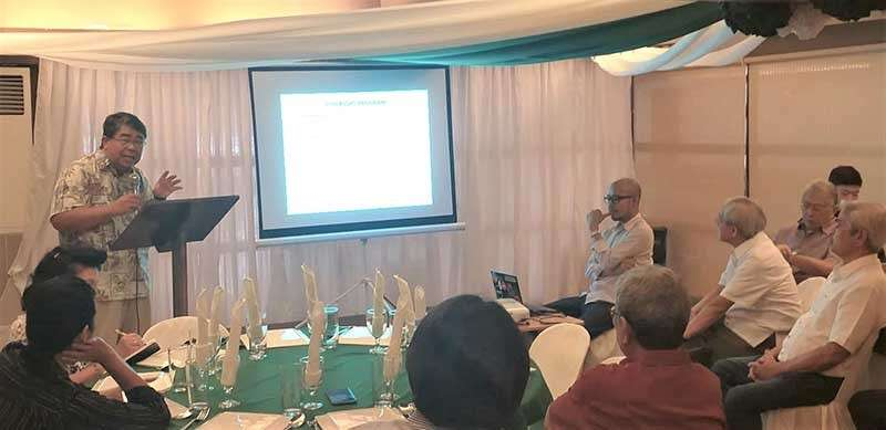 NEGROS. United States Agency for International Development Fish Right Program for Southern Negros Principal Investigator Ben Malayang III (standing) discusses the rationale of the program during the executive briefing at Hotel Maefinne in Bayawan City, Negros Oriental on Tuesday, January 29. Also in the photo are Metro Bacolod Chamber of Commerce and Industry president Roberto Montelibano (seated, right) and chief executive officer Frank Carbon (seated, 2nd from right), and Negros Oriental Chamber of Commerce and Industry president Francel Martinez (seated, 3rd from right) with other sector representatives. (Erwin Nicavera)