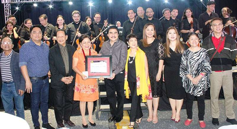 BACOLOD. Mayor Evelio Leonardia (5th from left) presents a plaque of appreciation to Senator Cynthia Villar (4th from left), whose company, Camella, is one of the major sponsors of the Philippine Philharmonic Orchestra's two-night concert in Bacolod. (Contributed photo)