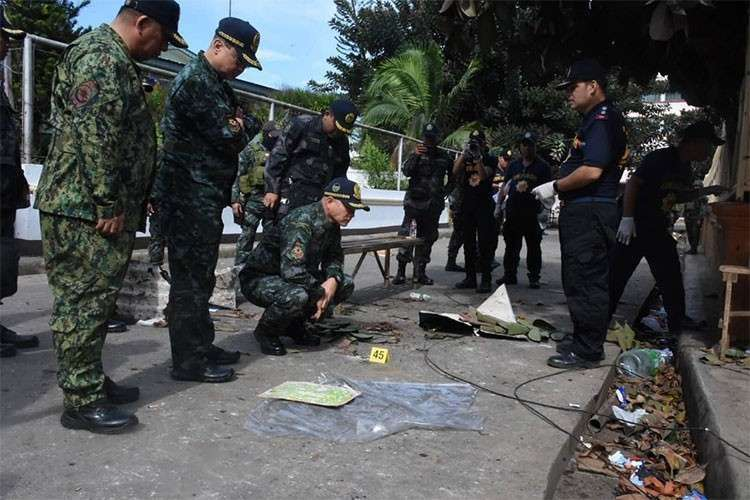 SULU. Philippine National Police Chief Oscar Albayalde and other police officials inspect the site of the blasts in Jolo, Sulu on Monday, January 28, 2018. (Courtesy of PNP)