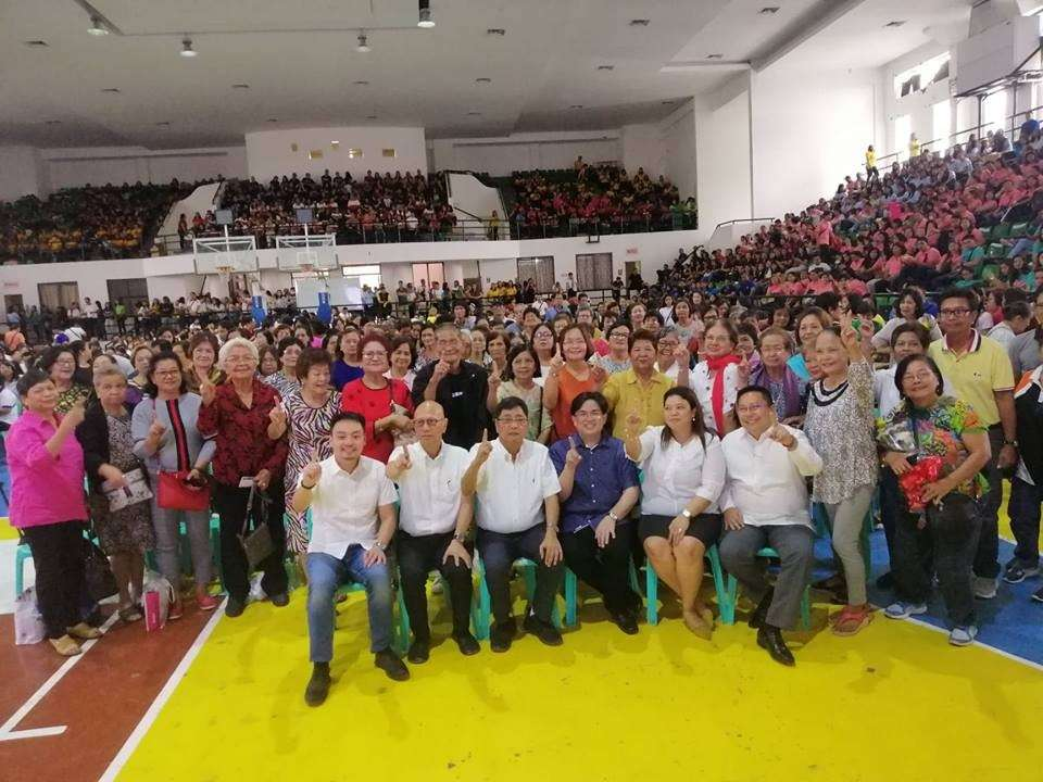 PAMPANGA. From left, Councilor BJ Lagman, Vice-Mayor Jimmy Lazatin, Mayor Edwin Santiago, DepEd Division of San Fernando OIC-Superintendent Dr. Ronnie Mallari and Assistant Schools Division Superintendent Dr. Shirley Zipagan, and Atty. Raul Macalino together with the teacher heroes during the Teacher's Heroism Day celebration at the Bren Z. Guiao Convention Center on Thursday, January 31, 2019. (Nicole Renee David)