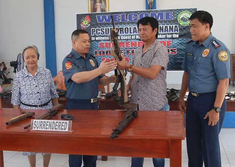 BAGUIO. Tineg, Abra Vice Mayor Edwin Crisologo surrenders several fire arms to PRO–COR director Chief Superintendent Rolando Nana. Crisologo encouraged all political personalities, not only in Abra, to also surrender their firearms for a peaceful election. (PRO–COR PIO photo)