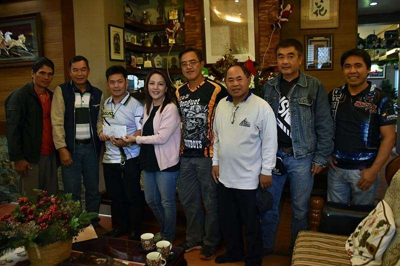 TURNOVER. PCOO Asec. Marie Rafael with Metro Baguio Practical Shooting Association President Rohel Bilibli and Shilan Sooters Inc. Vice President Wilbur Fernado and other officers and organizers turned over cash assistance to the typhoon-affected barangays of Balangao, Natonin and Lias, Barlig of Mountain Province. Balangao Barangay Captain Conrado Limangan and Lias Association President Cirilo Batan and elder William Forosan recieved the cash assistance of P70,000 each in a simple ceremony in La Trinidad, Benguet recently. The cash assistance is part of the funds generated from the 1st Asec. Marie Rafael Cup Shoot for a Cause held recently to gather financial support to the typhoon Rosita-affected areas in Eastern Mountain Province. (Redjie Melvic Cawis)