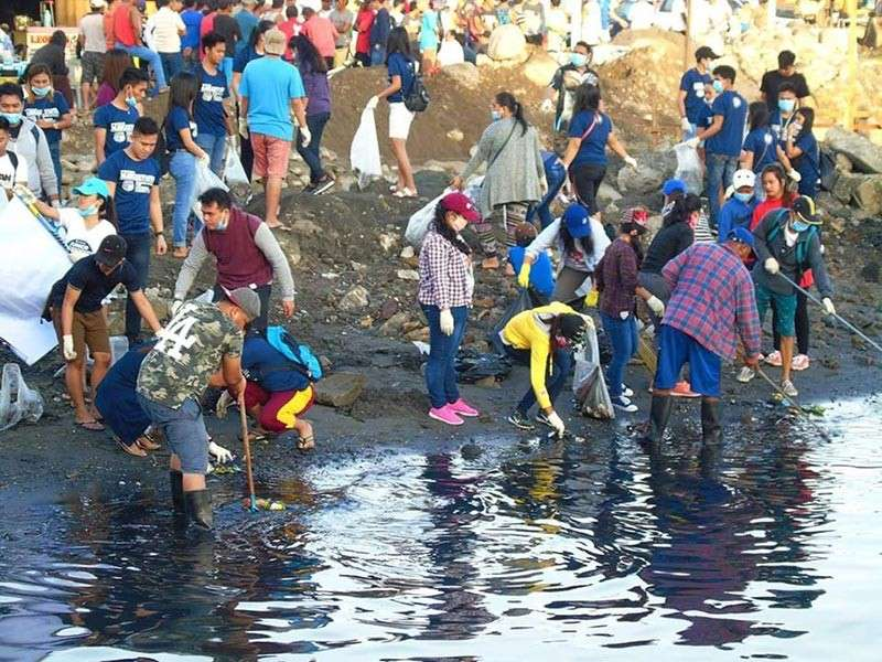 TACLOBAN CITY. People from all walks of life joined the massive cleanup drive along the riverbanks and coastal areas in Tacloban City on February 3. (Photo courtesy of Roel Amazona)