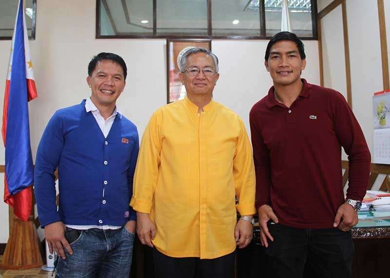 BAGUIO. Team Lakay head coach Mark Sangiao (left) and One Championship lightweight world champion Eduard Folayang flocks Governor Crescensio Pacalso (center) during their courtesy call Monday morning at the provincial capitol. (Lauren Alimondo)