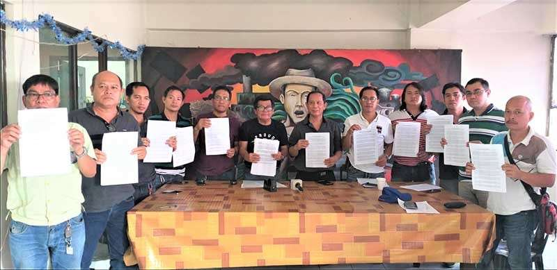 "BACOLOD. Labor group and union leaders and advocates in Negros Occidental led by Gawa secretary-general Wennie Sancho (6th from left), Paciwu-TUCP national president Hernane Braza (6th from right), and CIO-Nacusip national director Jun dela Cruz (left) during the signing of ""Karga-Tapas"" manifesto opposing the proposed sugar import liberalization at Geocadin Building in Bacolod City on Monday, February 4. (Erwin Nicavera)"