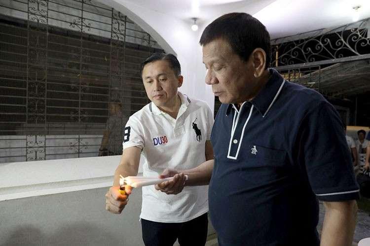 DAVAO. President Rodrigo Duterte visit the grave of his parents in Davao City. (Photo from former SAP Bong Go)