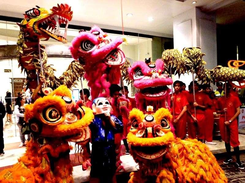 DAVAO. Okupado ang Davao Lion Dancers Association sa ilang presentasyon sa pagsugat sa Year of the Earth Pig, subay sa Chinese New Year sud sa ganghaan sa Marco Polo Hotel Davao, Martes, Pebrero 5. Giingong magdala kini og suwerte sa mga tawo nga nalipay sa ilang gipakita nga pasundayag. (Marco Polo Hotel Davao photo)