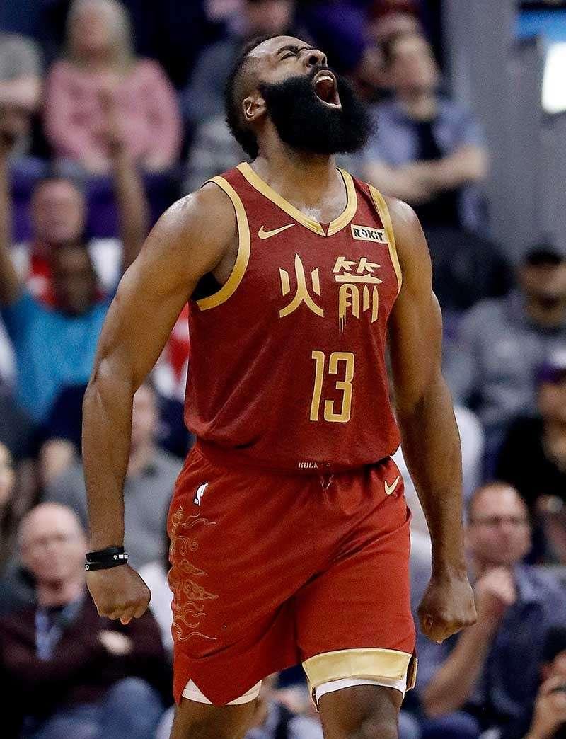 3-POINTER: Nakasinggit og taman si Houston Rockets guard  James Harden human siya nakapasulod og three-point shot batok sa Phoenix Suns sa NBA kagahapon. Ang kasamtangang MVP nipupo og 44 puntos aron agakon ang Rockets sa kadaugan. (AP Photo)
