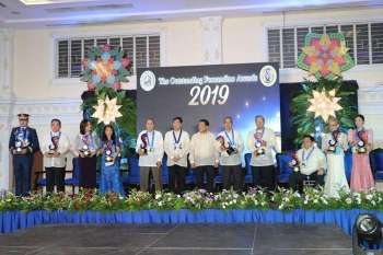 PAMPANGA. City of San Fernando Mayor Edwin Santiago and Capt. Conrado Pacla, chairperson of The Outstanding Fernandino Awards (TOFA) 2019 together with outstanding Fernandinos Philippine National Police Director General Oscar David Albayalde (represented by Police Chief Supt. Joel Coronel) Nelson Sengson Castro, Rhodora Angela Fernandez-Ferrer, Dr. Julieta Marimla Gabiola, Benjamin Yap Lingad, Virgilio Laygo Malang, Rafael David Maniago, Walter Regala Ocampo, Elizabeth Praxedes Vega Pusung and Dara Mae Halin Tuazon. (Chris Navarro)