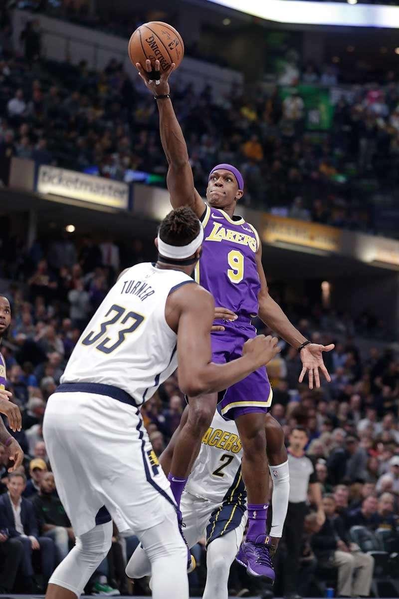 LUBONG. Mi-layup si Los Angeles Lakers guard Rajon Rondo (9) atubangan ni Indiana Pacers center Myles Turner (33) sa usa sa mga aksyon sa NBA kagahapon. Ning sangkaa, gilubong og 42 puntos sa Pacers ang Lakers, nga maoy labing dakong kapildihan nga naangkon ni Lakers superstar LeBron James sukad masukad. (AP Photo)