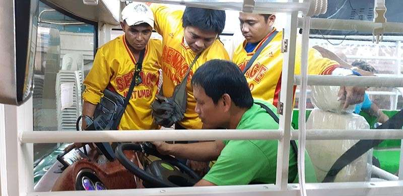 NEW RIDE. Drivers of a cooperative try out the new e-jeepneys before they hit the roads on Friday, Feb. 8. (SunStar photo / Flor Querubin)