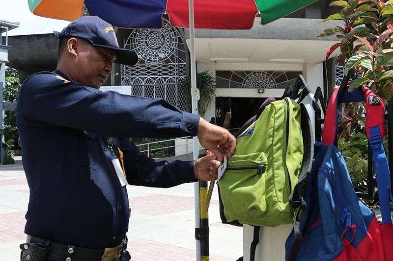 "DAVAO. Subay sa pagdeklara ni Davao City Mayor Inday Sara Duterte-Carpio sa ""No Backpack Policy"" sa mga simbahan, gibilin na lamang sa mga manimbahay sa San Pedro Cathedral sa dalang San Pedro, siyudad sa Davao ang ilang mga backpack sa ganghaan sa nahisgutang simbahan. Makita sa hulagway nga gibutangan pa sa sekyu og numero ang gibilin nga mga backpack aron nga dali kini makuha sa mga tag-iya. (Mark Perandos)"