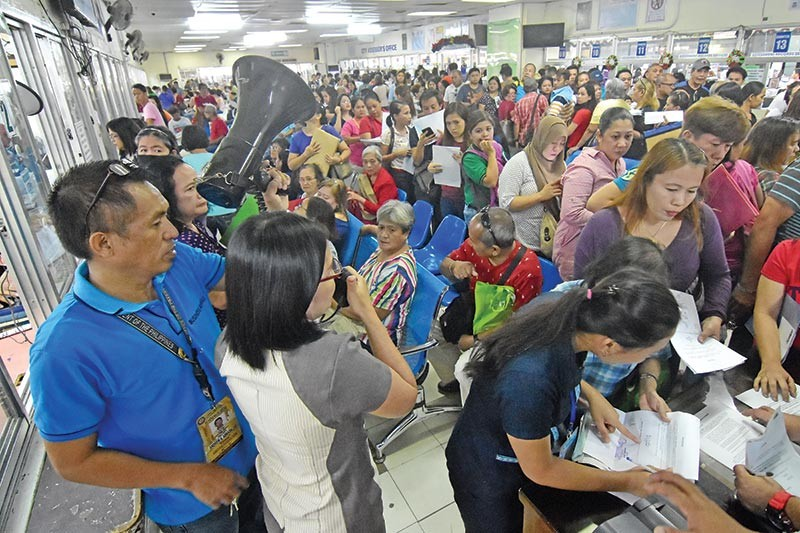 DAVAO. The queue at the Office of the City Building Official. (Lyka Amethyst H. Casamayor)