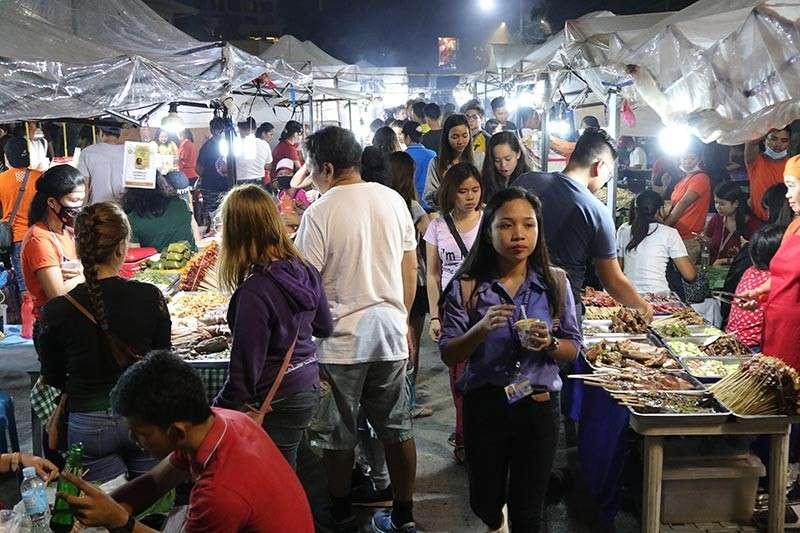 DAVAO. Adlaw nga Biyernes maoy usa sa mga adlaw nga dunay pinakadaghang tawo ngamodagsa sa Roxas Night Market sa Davao City aron nga mokaon ug mamalit sa ilang mga panginahanglan sa barato nga presyo sama sa ukay-ukay ug ubang mga RTWs. (Mark Perandos)
