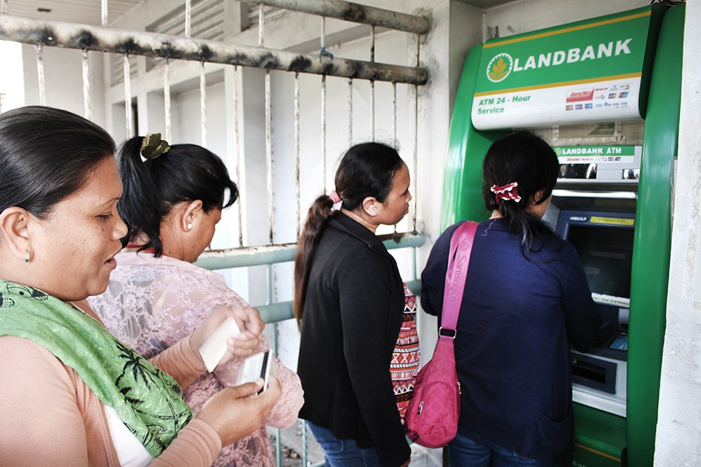CASHING LINE. Pantawid Pamilya beneficiaries in Cebu City get their cash grant through the automated teller machine. (Contributed foto)