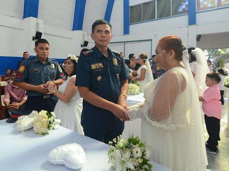 Si Mandaue City Police Office chief Sr. Supt. Julian Entoma ug Soccoro. (Alan Tangcawan)