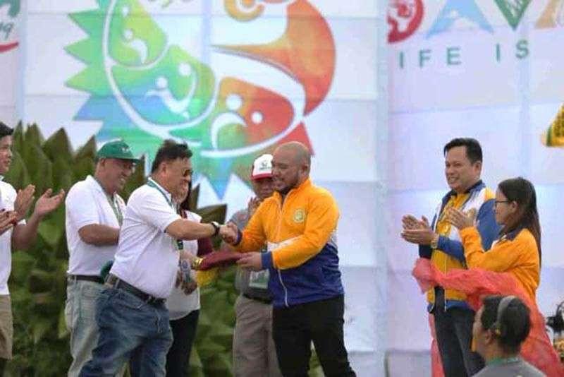 DAVAO. Opisyal nga gidawat nila Compostela Valley Governor Jayvee Tyron Uy ug schools division superintendent (SDS) Dr. Reynante Solitario ug mga kaubanang opisyal sa Department of Education Comval Division ang Davao Regional Athletic Association (Davraa) key ug banner alang sa pagdumala sa Davraa Meet 2020 sa sunod tuig atol sa closing program sa Davraa meet 2019 nga gipahitabo sa University of the Philippines Mindanao – Davao City Sports Complex, Davao City niadtong Pebrero 2, 2019. (Provincial Photo, M. Lasaca)