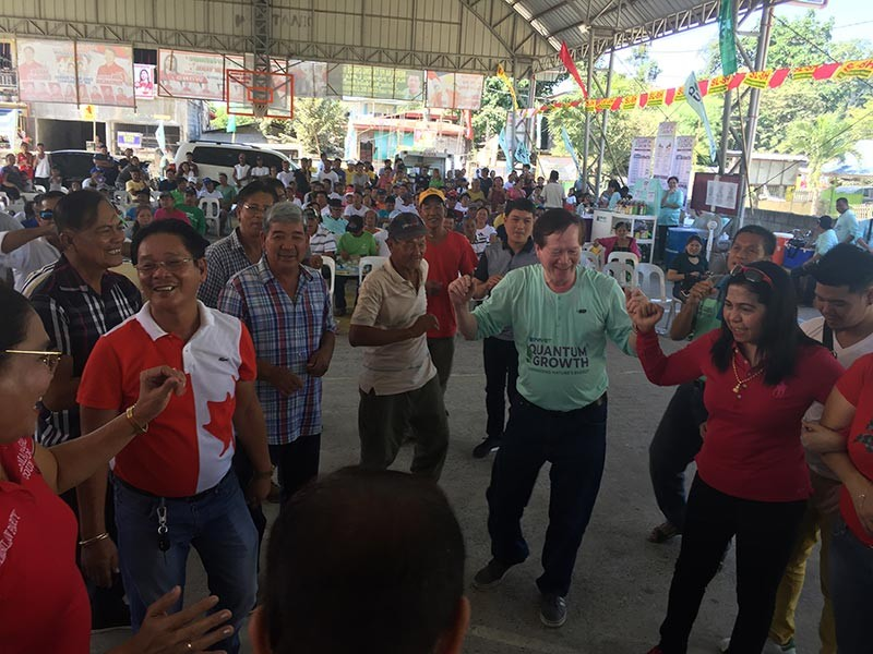 PAMPANGA. Mayor Leonora Wong shares light moments with Simonian farmers during the Farmers' Field Day in Barangay San Nicolas. Joining her are Quantum Growth President Narciso Intal and other local officials. (Princess Clea Arcellaz)