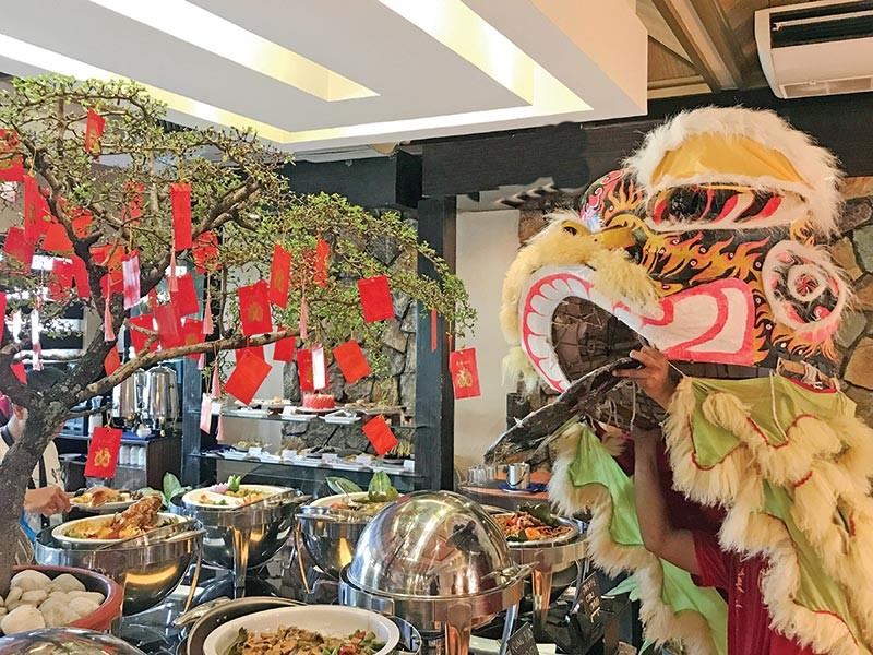 Ushering luck and good food on the auspicious date in the Chinese calendar (Jinggoy I. Salvador)
