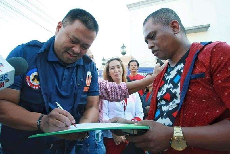 PAMPANGA. Senator JV Ejercito receives the manifesto of support from Aeta leader Virgilio Sanchez, president of the Bamban Aeta Tribal Association. The group expressed gratitude for the senator's Universal Health Care measure. (Contributed Photo)