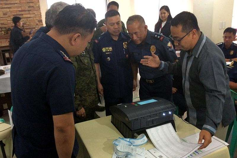 BAGUIO. Baguio City election supervisor John Paul Martin briefs Police Regional Office Cordillera Director Rolando Nana and members of the Regional Joint Security Command Council (RJSCC) on the safety measures of the enhanced vote counting machines to be used in the May 2019 midterm elections. (Photo by Jonathan Llanes)