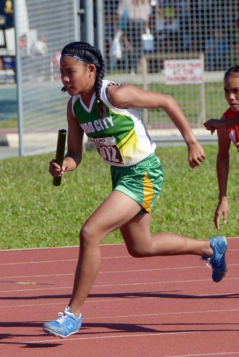TAGUM CITY. Si Bea Burbe nanguna sa pag-angkon og bulawang medalya alang sa Davao City sa girls 4X400-meter relay team sa Batang Pinoy 2019 Mindanao Qualifying Leg didto sa Davao del Norte Sports and Tourism Complex sa Tagum City, Davao del Norte. (DSA)