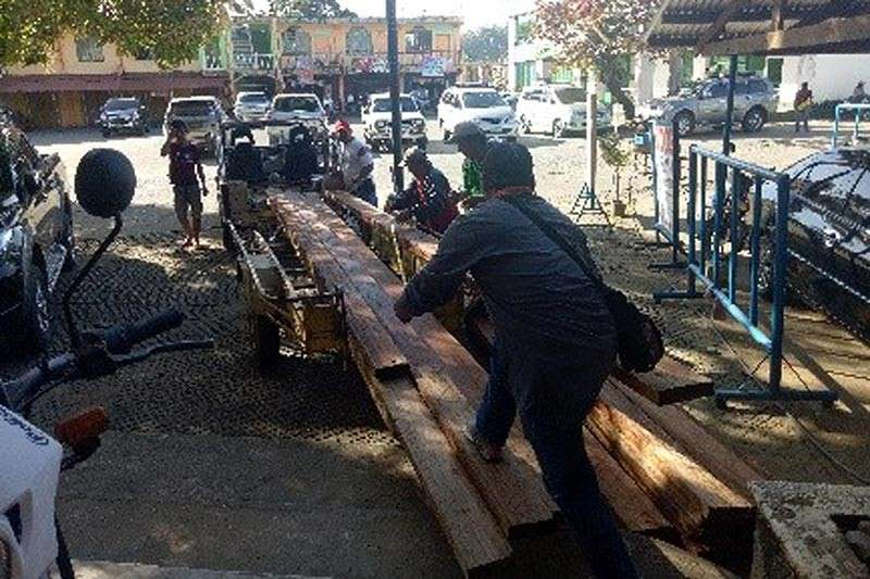 BENGUET. Illegally sawn lumber were confiscated by police in Barangay Salvacion, Luna, Apayao after farmers from the area failed to present documents. (Photo by Cordillera Police)