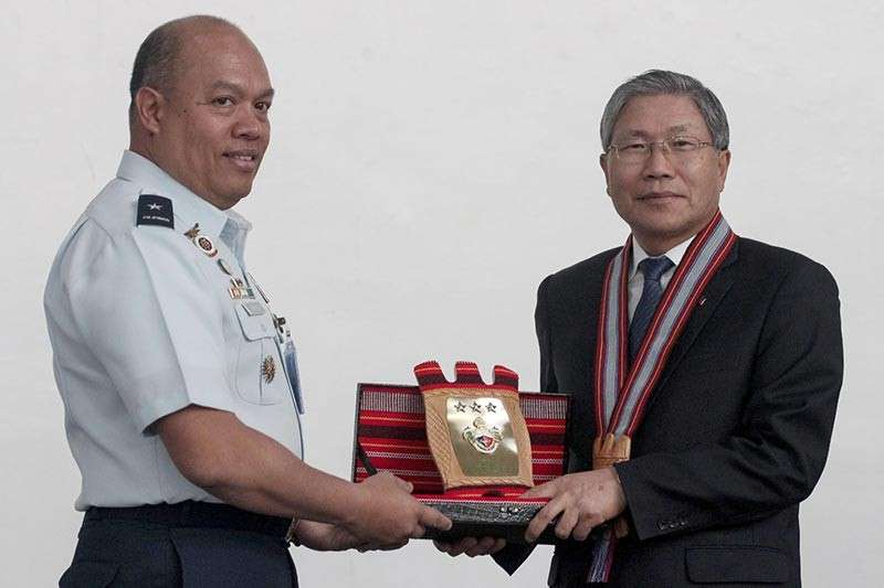 BAGUIO. Korean Ambassador Han Dong-Man receives a token from Brigadier General Nestor Florente DC Rayos, PMA assistant superintendent, during a recent visit to the premiere military institution in the Summer Capital. (Photo by Jean Nicole Cortes)