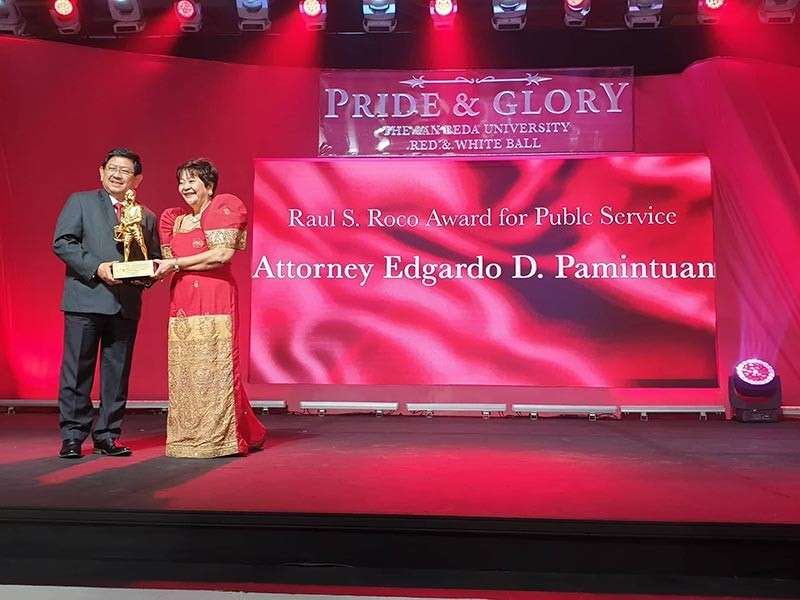 PAMPANGA. League of Cities of the Philippines National President and Angeles City Mayor Edgardo Pamintuan receives the 2018 Raul S. Roco Award for Public Service Excellence from San Beda University during a ceremony held February 12. Presenting the award is Sonia Roco, widow of the late senator Raul Roco. (Photo courtesy of AC-CIO)
